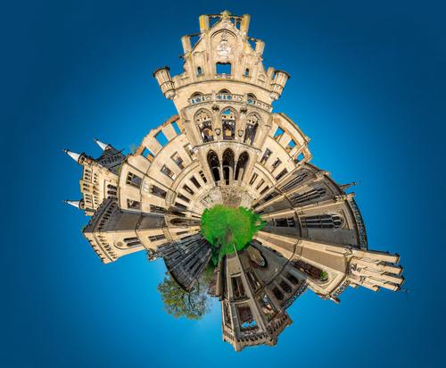 Panorama w kształcie kuli ziemskiej ruin pałacu w Kopicach (woj. opolskie)