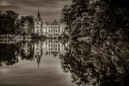 Pałac na wodzie w Kopicach. Zdjęcie wykonane jesienią 2020 r. w nocy. Technika - bichromia