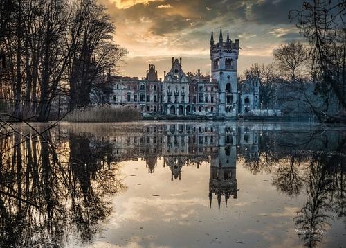 Pałac na wodzie w Kopicach. Zdjęcie kolorowe, wykonane wczesną wiosną 2021 r.