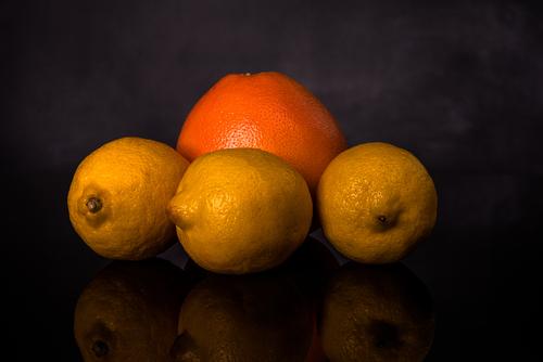 Owoce cytrusowe na czarnym tle