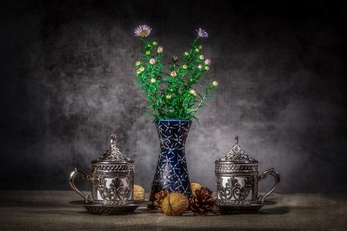 Kompozycja z dzikimi kwiatami i tureckimi kubkami do herbaty
