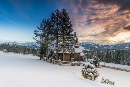Zdjęcie zostało wykonane w Witowie o zachodzie słońca. Na zdjęciu jest kaplica sw. Anny, a w tle Giewont, Czerwone Wierchy i Tatry Zachodnie.  Nikon D850 Tamron 15-30 f/2.8 Filtry Benro master 150mm  Ogniskowa 18mm Przyslona f/14 Czas ekspozycji 0,4 sec