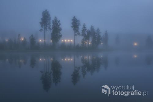 Zdjęcie jednego z wielu jezior w Norwegii, wykonane w bardzo mglisty poranek