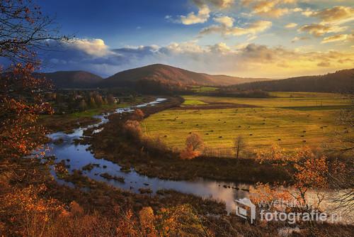 Zdjęcie przedstawiające rzekę San a w oddali widoczne Bieszczady i zapora w Myczkowcach