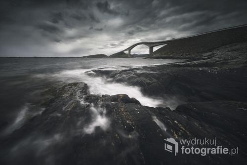 Zdjęcie przedstawia drogę Atlantycką znajdującą się w północnej Norwegii. Zdjęcie wybrane do złotej dziesiątki krajowego etapu konkursu EISA MAESTRO 2018.Wyróżnienie redakcji foto-kurier.