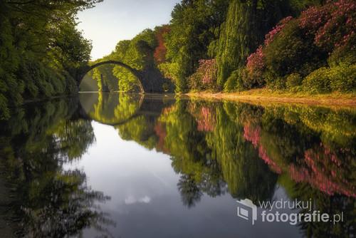 Rakotzbrucke zwany diabelskim mostem znajduje się Niemczech.Zdjęcie wybrane do złotej dziesiątki krajowego etapu konkursu EISA MAESTRO 2018.Wyróżnienie redakcji foto-kurier.