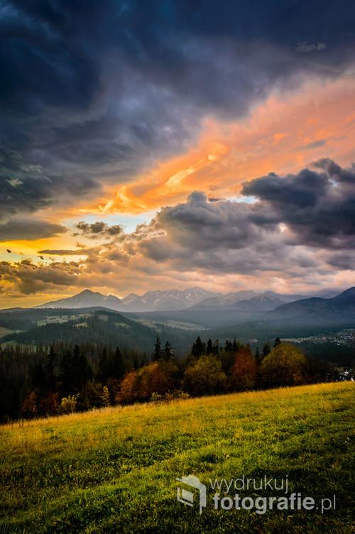Wstaje nowy dzień w Gliczarowie Górnym.To co się działo na niebie tego dnia to była magia.Przepiękny widok na Tatry w otoczeniu bajkowej jesieni i jeszcze bardziej bajkowego nieba.