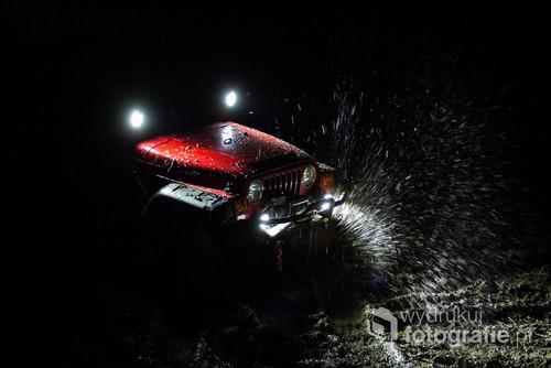 Jeep Wrangler Michała Malickiego na nocnym odcinku Cytrynowej Wiosny 4x4 organizowanej przez task4x4 i mazury4x4.