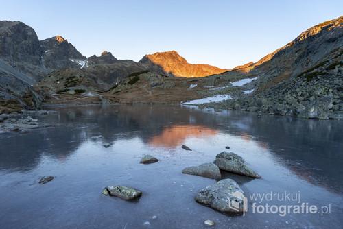 Fotografia zrobiona w mroźny listopadowy poranek w Tatrach Wysokich.