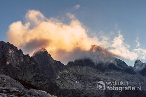 Rozpalone chmury promieniami zachodzącego słońca. Fotografia wykonana w Tatrach Wysokich.