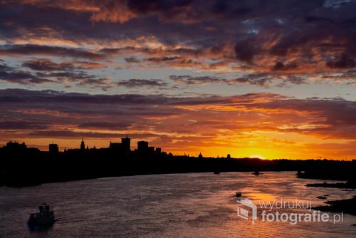 Zdjęcie wykonane spontanicznie z pracy do domu . Trafiłem na przepiękny zachód słońca z bardzo kolorowym niebem. Na szczęście miałem w samochodzie cały sprzęt do fotografii ;)