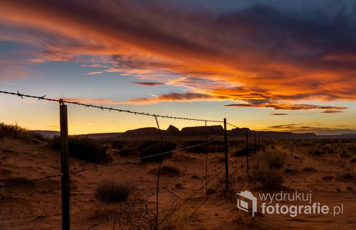 Zachód słońca połączony z pięknym niebem nad Monument Valley