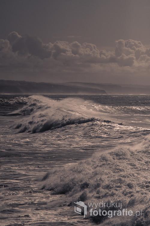 Zdjęcie zrobione w zimie, kiedy sztormy przez kilka tygodni szaleją na oceanie.