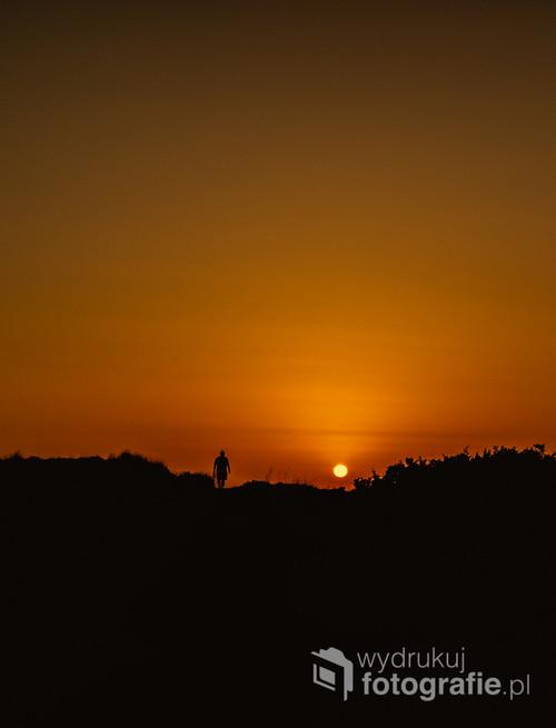 zachód słońca z sylwetką mężczyzny na portugalskich wydmach