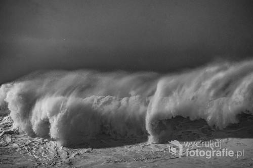 Załamująca się fala na oceanie podczas sztromu.