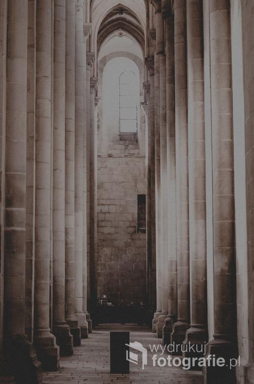 Wnętrze opactwa Cystersów w miejscowości Alcobaca, w dystrykcie Leiria w Portugalii.