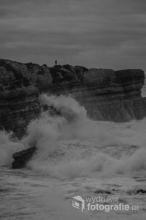 Klify w miejscowości Peniche, w Portugalii.  Zdjęcie zrobione w czasie przypływu.