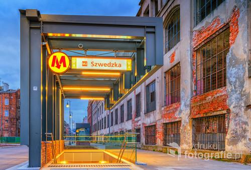 Piękny kontrast nowoczesności ze starą zabudową. Stacja Szwedzka.