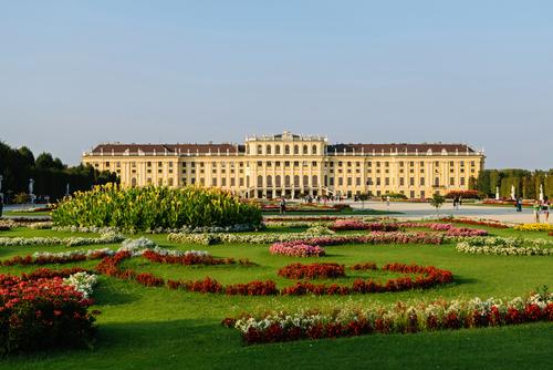 Widok od strony ogrodu pałacu cesarskiego Schoenbrunn w Wiedniu.