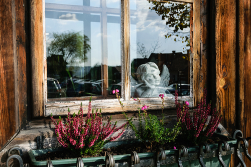 Figurka aniołka w oknie domu przy Rynku w Lanckoronie.
