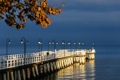 Molo w Gdyni Orłowie w promieniach zachodzącego słońca, po sezonie.
