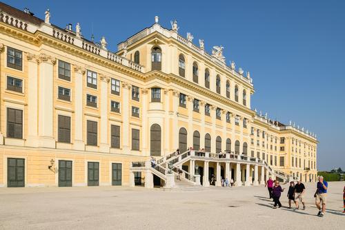 Ogrodowa elewacja barokowego pałacu Schoenbrunn, letniej rezydencji cesarskiej w Wiedniu. Zaprojektowany przez Johanna Fischera von Erlach. Wpisany na listę światowego dziedzictwa UNESCO.