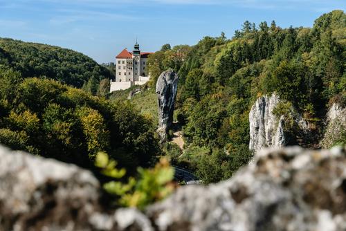 Ojcowski Park Narodowy. Widok na Dolinę Prądnika, zamek w Pieskowej Skale i skałę Maczuga Herkulesa ze szczytu Skał Wernyhory.