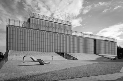 Centrum Spotkania Kultur w Lublinie przy Placu Teatralnym. Ukształtowanie placu i mała architektura na nim pozwala na różnorakie jego wykorzystanie. Szklana elewacja budynku pozwala na wyświetlanie obrazów.