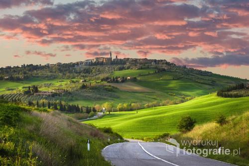 Zachodzące słońce nad miasteczkiem w północnej Toskanii. Miasteczko wpisane na listę dziedzictw UNESCO