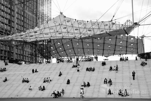 Fragment największego paryskiego łuk triumfalnego położonego w nowoczesnej dzielnicy biznesowej La Défense.