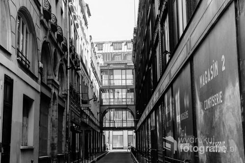 Rue Baillet pomiędzy budynkami nr 2 i nr 4 domu towarowego Samaritaine założonego w 1870 r.