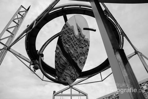 Odbicie budynku Dworca Montparnasse w lustrze obrotowym usytuowanym w Ogrodzie Atlantyckim.
