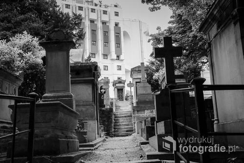 Cmentarz Montmartre w Paryżu ma niepospolite usytuowanie. Nie dość, że tuż nad licznymi pomnikami biegnie estakada, to schody prowadzące z cmentarza wiodą wprost do drzwi wejściowych pobliskiego budynku mieszkalnego.