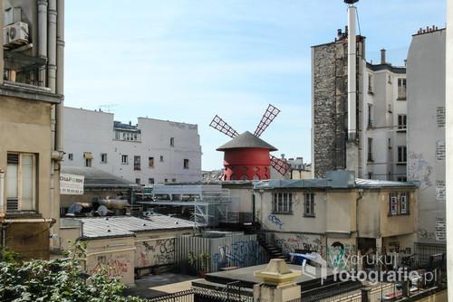 Moulin Rouge jakiego nie znamy. Widok od tyłu zaskakuje, zachwyca, zastanawia. Paryż nie znudzi się nigdy.