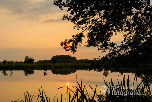 Zachód słońca nad starorzeczem Bugu. Kąsana przez komary przewróciłam się podczas przedzierania się przez chaszcze. Takie poświęcenie, by uchwycić ten obraz.