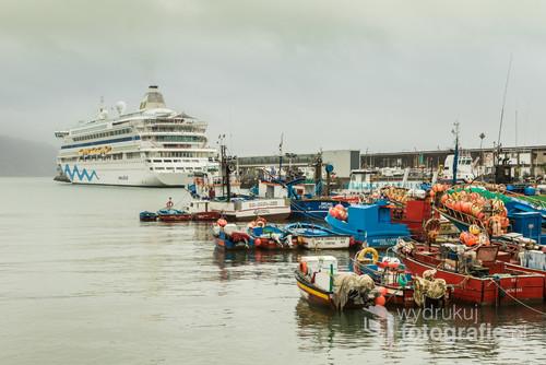 Port w Funchal, stolicy Madery zwanej Wyspą Wiecznej Wiosny. Tu zawijają olbrzymie statki pasażerskie i tu parkują w oczekiwaniu na lepszą pogodę kolorowe łodzie rybackie. Taki widok udało mi się uwiecznić w niesłoneczny, nietypowy dla tej wyspy dzień.