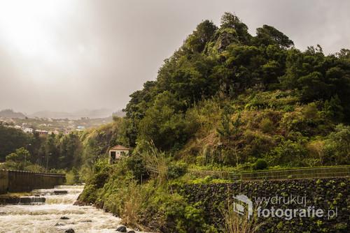 Miejscowość Ribeira Brava, czyli Rwąca Rzeka położona malowniczo na zachodnim wybrzeżu Madery jest przecięta przez górski potok, który podczas deszczu zmienia się w niszczącą błotnistą wodę wpadającą z łoskotem do Oceanu Atlantyckiego. Moment, gdy podczas ulewy wyjrzało słońce wystarczył, by uwiecznić wspaniały krajobraz.