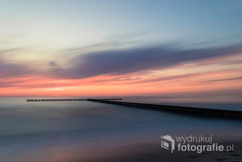 Zachód słońca nad Bałtykiem. Spokój oraz piękne kolory nieba i wody.