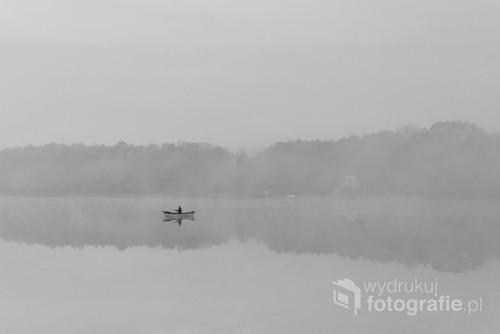 O świcie postanowiłam sfotografować wschód słońca. Słońce jednak nie pokazało się. Obraz wędkarza we mgle wynagrodził  mi wczesne wstawanie.