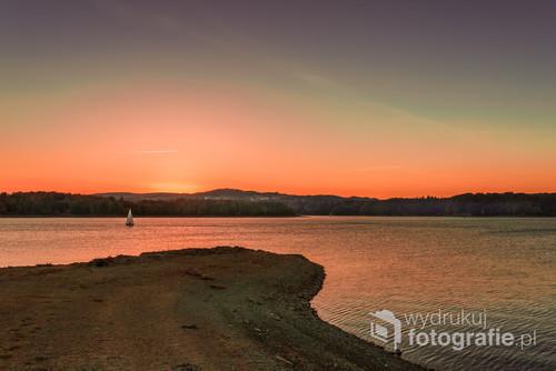 Na Jeziorze Solińskim pływają żaglówki, jednak po zachodzie słońca żeglowanie jest zabronione. Udało mi się sfotografować ostatnią, która tego dnia kończyła swój rejs.