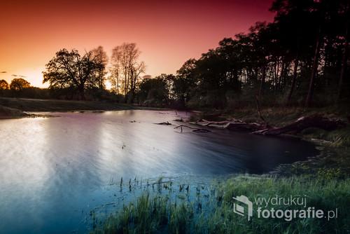 Zakole rzeki Warty po zachodzie Słońca.