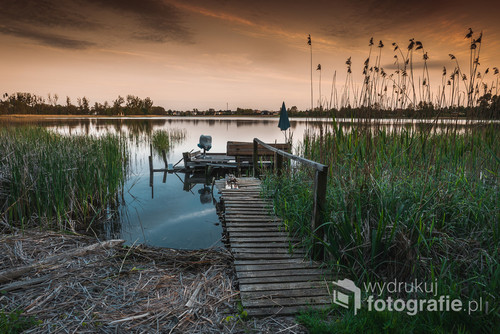 Pomost na jeziorze Kórnickim o zachodzie słońca,