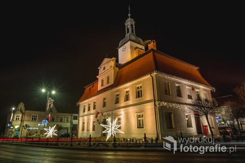 Bniński Ratusz nocą. Bnin k. Kórnika, Wielkopolska