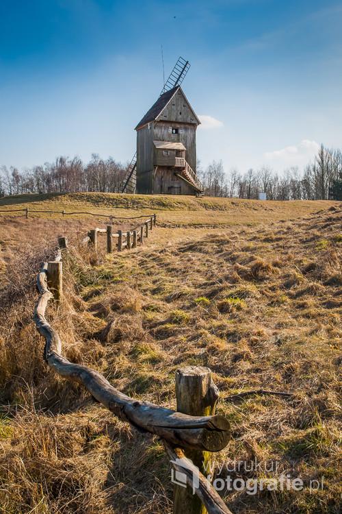 Drewniany wiatrak w skansenie w Dziekanowicach. Pobiedzicka / Wielkopolskie