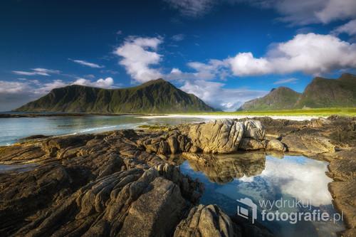 Wakacyjne plenery na wyspach Lofotach. Piękne piaszczyste plaże wśród gór i turkusowych wód oceanicznych. Północna Norwegia potrafi zaskoczyć. Na zdjęciu plaża Skagsanden niedaleko Flakstad.