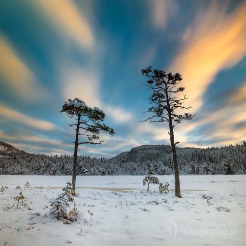 Przepływające chmury nad zimową Norwegią.