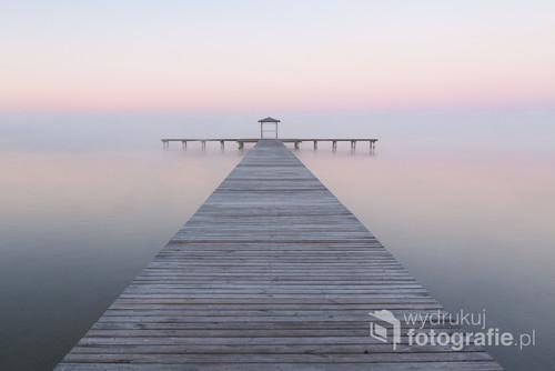 Zdjęcie wykonane w mroźny październikowy poranek nad jeziorem Miedwie. Wyróżnione w kilku konkursach fotograficznych.