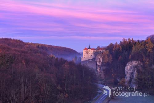 Aura wschodzącego słońca w Dolinie Prądnika. Zamek w Pieskowej Skale i