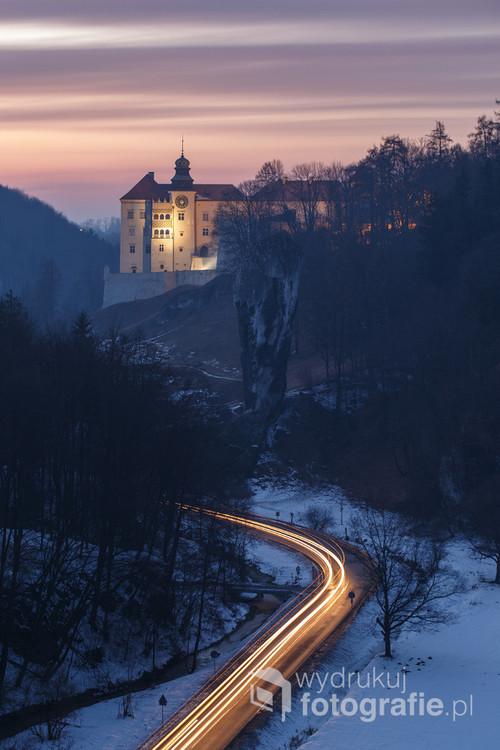 Zimowy krajobraz w Ojcowskim Parku Narodowym w Dolinie Prądnika. Fotografia wykonana w lutym 2017 roku. Na zdjęciu Zamek w Pieskowej Skale z