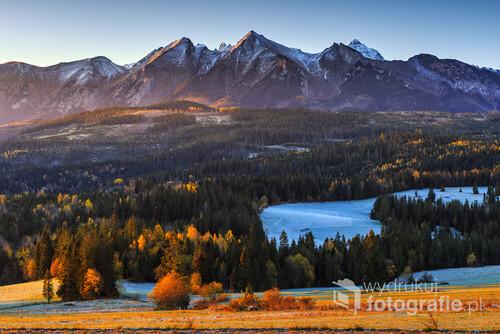 Krajobraz górski. Słoneczny jesienny poranek pod Tatrami. Zdjęcie zrobiłem z Łapszanki w czasie wschodu słońca.